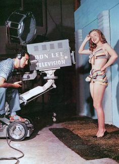 On retrouve notre Norma Jeane pour une nouvelle session photos avec Bruno BERNARD dit Bernard of Hollywood... Elle porte le bikin multicolore avec lequel elle avait posé pour Joseph JASGUR (voir article plus haut) (1946). Diplômé de psychologie en criminalité d'une université allemande, il quitta son pays avant la deuxième Guerre Mondiale. Il projetait d'aller au Brésil mais changea d'avis après avoir vu le film « San Francisco » (1936). Il se spécialisa dans les portraits glamour et de…