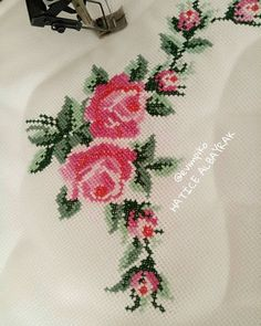 Crewel Embroidery, Bargello, Cross Stitch Flowers, Diy And Crafts, Wallpaper, Crochet, Fabric, Instagram, Counted Cross Stitches