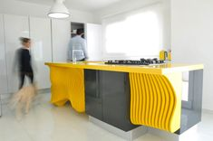 Cucina gialla dal design moderno n.13