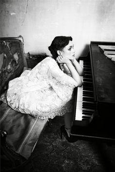 Испанская актриса Астрид Берже-Фрисби (Astrid Berges Frisbey) в журнале Vоgue Italia, март 2012 / фотограф Ellen von Unwerth