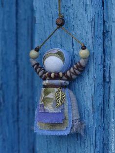 Купить или заказать Куколка народная 'Благость' (подвеска для сумки, одежды и т.д.) в интернет-магазине на Ярмарке Мастеров. И в дороге, и в пути всегда будет с вами маленькая куколка, несущая в себе радость, тепло и благость...Руки ее тянутся к небу, получая тепло и свет солнышка. (Куколки с зеленым фартуком нет в наличии- для…
