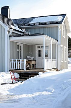 This is a really nice porch railing idea. House Design, House, House Exterior, Scandinavian Home, Beautiful Homes, Porch Railing, Craftsman House, Swedish House, House Colors