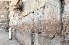 En el Muro de los Lamentos en Jerusalén. 26 marzo 2000  Beato Juan Pablo II  Conoce su vida de santidad en www.aciprensa.com/juanpabloii