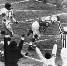 Johnny Unitas scores on a run! NFL Championship Game) Johnny Unitas scores on a run! Nfl Football Games, Football Photos, Nfl Championships, Championship Game, Nfl Tv, Johnny Unitas, Nfl Hall Of Fame, Baltimore Colts, Here's Johnny