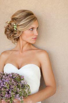 Recogido ladeado con estilo desenfadado y moderno   20 fotos de peinados para novias actuales y elegantes
