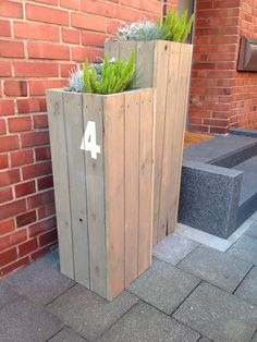 Eingangsbereich / Pflanzkübel / entry / Wooden planters with number