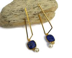 Lapis Lazuli earring Geometric earring Minimalist Jewelry. There is a lot of originality in this beautiful pair of Lapis Lazuli minimalist and geometric dangle earrings in gold. These design features a Lapis Lazuli connector and a cotton bead (6 mm). The Geometric pendant is very fashion and gives a pure and milimalist touch! #earrings #earringsoftheday #jewelrydesign #fashion #fashioninsta #handmade #etsysellers #gifts #girl #gorgeous