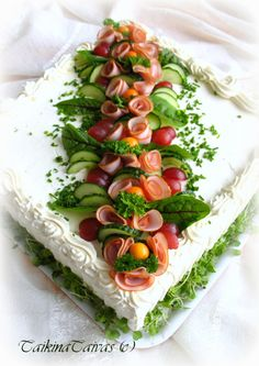 Cake with olives and feta - Clean Eating Snacks Meat Trays, Food Platters, Sandwich Torte, Food Bouquet, Food Garnishes, Salty Cake, Food Decoration, Appetisers, Savoury Cake