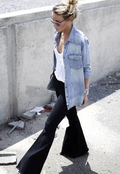 Jean ultra flare + marcel loose blanc + chemise en jean clair + chignon haut = le bon mix (blog Happily Grey)