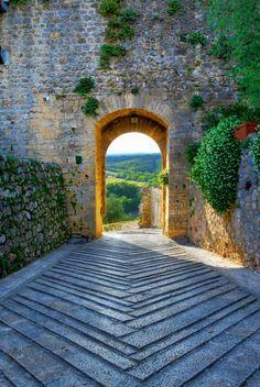 Archway, Monteriggioni, Tuscany - Italy #travel #italy #tuscany