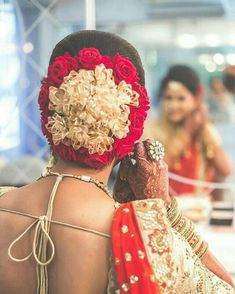 Love this floral bun, simple yet never fails. ____________________ 📷 by Hairstyle by for Saree Hairstyles, Indian Wedding Hairstyles, Bride Hairstyles, Bridal Hair Buns, Bridal Hairdo, Floral Hair, Bridal Looks, Bridal Makeup, Flowers In Hair
