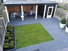 Strakke tuin met overkapping en loungeset