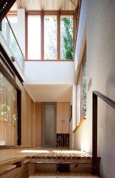 Holzhaus mit großen Fensterfronten: Treppe aus Holz und Stahl ...