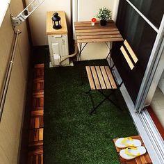 一人暮らしのマンションのベランダというと、大体このくらいの広さが平均。洗濯物もあるし、スペースの制限もあるのであまりいろいろはできないけれど、ウッドパネルを敷いて、テーブルセットとランタンで落ち着く空間に。壁を利用したテーブルの置き方は参考にしたいですね。