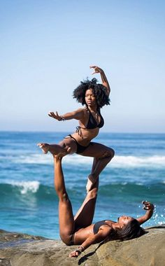 Fitness For Two: The Beauty of Acro-Yoga Außergewöhnliche Acro-Yoga-Posen Couples Yoga Poses, Acro Yoga Poses, Yoga Poses For Two, Partner Yoga Poses, Fit Couples, Body Women, Kemetic Yoga, Yoga For Back Pain, Yoga Positions