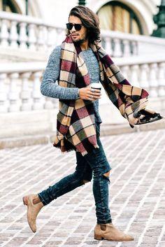 Echarpe plaid portée avec un jeans slim, un pull gris chiné et des chelsea boots beige