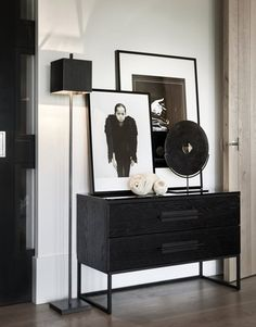 Console Table Styling, Modern Scandinavian Interior, Black Rooms, Interior Decorating, Interior Design, Modern Kitchen Design, Home Decor Accessories, Sweet Home, Room Decor