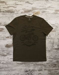 T-SIR Motorcycle Rider dark khaki T-shirt. Inspired in Motorcycle Norton CS1 designed by Walter Moore in 1927.100% cotton, super-soft feel. Tag with brand logo at the bottom left. #rider #vintagemotorcycle #neverstop #speedwheels  #hipsterstyle #hipstertee #hipstertshirt #tshirt #darktshirt #tshirtdesign #mens #camisetahipster