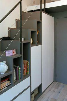 Meuble - Escalier permettant d'accéder à la mezzanine: Chambre d'enfant de style de style Moderne par Olivier Stadler Architecte #tinyhouse #escalier #rangement