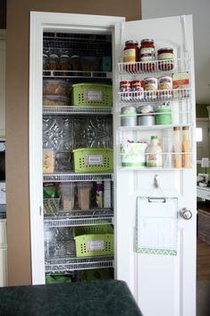 En faisant des étagères moins profondes (en recoupant) et en accrochant quelque chose à la porte, on a accès à plus de choses.