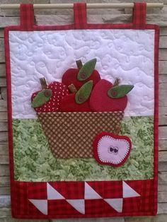 Mini Quilts, Small Quilts, Patch Quilt, Diy Home Crafts, Felt Crafts, Bed Sheet Painting Design, Apple Baskets, Applique Quilt Patterns, Basket Quilt