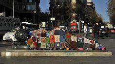 Yarn Bombing in Madrid, Spain. Plaza de Colon. (Olmo González / «lana conection» La «Mujer con espejo», de Botero, cubierta de lana.)