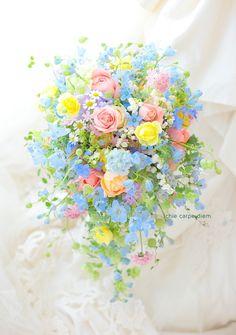 アニヴェルセルみなとみらい様へのシャワーブーケ、 ミックスカラーで。   ご両親さまへの贈答花は、お揃いの色合いで プリザーブドのリース仕立...