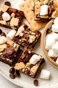 S'mores Fudge Recipe: A quick and easy 4-ingredient recipe for creamy chocolate fudge filled with pieces of crunchy graham crackers and soft marshmallows. This S'mores Fudge recipe is a great way to bring the campfire treat home without worrying about burning your marshmallows. | smores fudge bars | smores fudge recipe | smores fudge easy | s'mores fudge bars | smores fudge bars easy | fudge recipes smores | easy smores fudge recipe | chocolate fudge with marshmallows Chocolate Graham Crackers, Chocolate Fudge, Chocolate Desserts, Fudge Recipes, Candy Recipes, Baking Recipes, Toffee Bark, Pumpkin Fudge, Easy Fudge