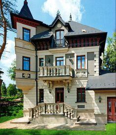 Вариант штукатурного загородного дома белого цвета в ампир стиле с рустами