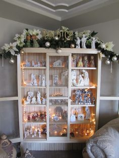 Never Bored: Christmas in the living room I like the nativity display Shabby Chic Christmas, Christmas Mood, Christmas Store, Gold Christmas, Beautiful Christmas, Christmas Crafts, Christmas Decorations, Christmas Displays, Christmas Printables