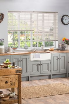 Kitchen Blinds, Kitchen Valances, Interior Modern, Fitted Blinds, Modern Country Kitchens, Faux Wood Blinds, Beautiful Kitchens, Organizer, Studio