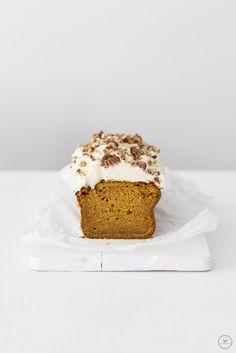 Kürbis-Buttermilchkuchen mit Frischkäsefrosting und Pecannüssen / pumpkin buttermilk cake with cream cheese frosting and pecans / www.backbube.com - Foodblog