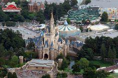 Welcome to Disneyland - Japan ! Disneyland Rides, Tokyo Disneyland, Tokyo School, Japan Tourism, Free Tv Shows, Tokyo Disney Sea, Disney Aesthetic, Disney Magic, Disney Parks