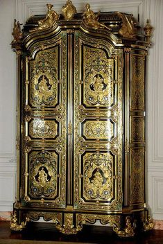 A beautiful lacquered armoire in the Dauphin's Apartment in the Palace of Versailles. Royal Furniture, Victorian Furniture, French Furniture, Classic Furniture, Luxury Furniture, Antique Furniture, Painted Furniture, Furniture Outlet, Discount Furniture