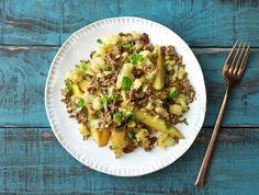 Rundergehakt-aardappelschotel met bloemkool, currykruiden en rozijnen
