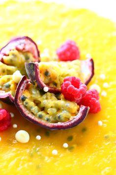 Passionhedelmät ovat kauniit koristeita. Passion sopii yhteen mangon kanssa ihanasti. Risotto, Mango, Ethnic Recipes, Food, Manga, Essen, Meals, Yemek, Eten