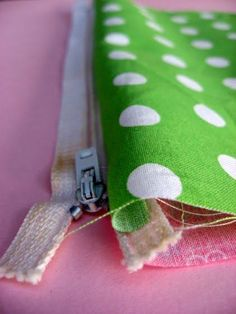 EASY zipper pouch tutorial - great for gifts Sewing Hacks, Sewing Tutorials, Sewing Crafts, Sewing Patterns, Sewing Tips, Purse Patterns, Tutorial Sewing, Tote Pattern, Wallet Pattern