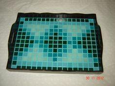 Bandeja em MDF, retangular grande, laqueada na cor tabaco, com mosaico de pastilhas de vidro em tons de verde, rejuntadas e envernizadas.