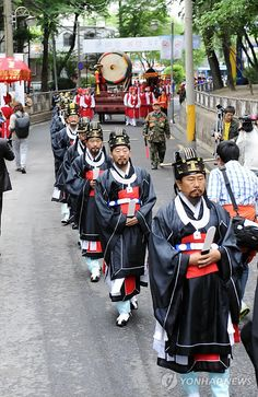 A procession in Seoul for the annual Neo-Confucian rite Seonnong-je, held in hope of a good harvest. (PS - Seolleong-tang is a beef soup that originates from this rite!)