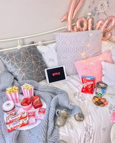 food essentials for first apartment Christmas Movie Night, Best Christmas Movies, Family Movie Night, Christmas Fun, Sleepover Food, Fun Sleepover Ideas, Girl Sleepover, Movie Night Snacks, Movie Night Party