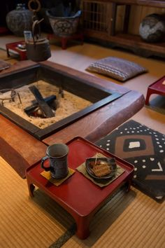 「桜の木の囲炉裏の枠は元からのもので、周りの榎の台は僕が置いたものです」 お膳は古道具屋さんで見つけたもの。