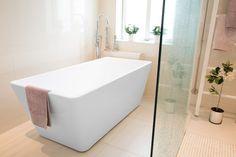 Ideal-amme täyttää modernin kylpyhuoneen vaatimukset. Ammeen kulmikas muotoilu on hienovaraisen tyylikäs.