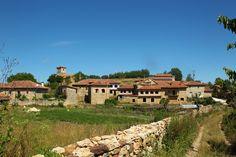 """OLLEROS DE PAREDES RUBIAS (Berzosilla).- Posiblemente, el topónimo de Olleros haga referencia a los yacimientos de la piedra ollar para tallar vasijas. En este pueblo de aire medieval, asentado en una colina de las laderas del Páramo de la Lora, se encuentra una casa con escudo y humilladero y un hermoso Roble, denominado """"El Cornal"""", de cinco metros de perímetro.  © Orígenes"""