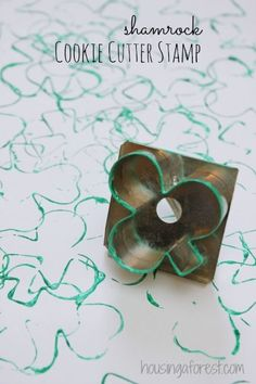 Shamrock Cookie Cutter Stamp ~ simple St Patricks Day Crafts - So cool! Creative Activities For Kids, Diy For Kids, Crafts For Kids, Toddler Activities, St Patrick's Day Crafts, Preschool Crafts, March Crafts, Cookie Cutters, Ideas