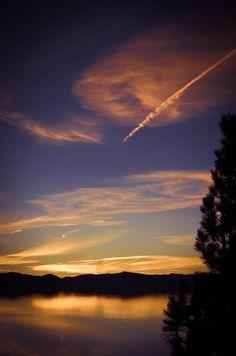Lago Tahoe, um grande lago de água doce nas montanhas de Serra Nevada, na fronteira entre os estados da Califórnia e Nevada nos USA. Situado a 1.897 m de altitude é o maior lago alpino da  América do Norte. Tem profundidade de 501 m o que o faz o 2º mais profundo lago do país. Conhecido pela transparência das suas águas e pelo panorama formado pelas montanhas que o cercam em todos os lados, é um pólo turístico, com opções de lazer para qualquer época do ano.  Fotografia: Holy Zhou no Flickr.