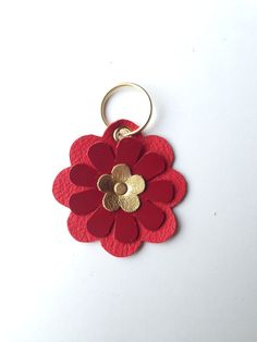 Colorful flower key chain handmade from genuine leather. The key chain is about 7 long and has a width of about (measured without key ring). The color of the keyring … Source by lenakrauss Diy Leather Gifts, Leather Diy Crafts, Leather Projects, Handmade Leather, Leather Keyring, Leather Necklace, Leather Jewelry, Armband Diy, Leather Art