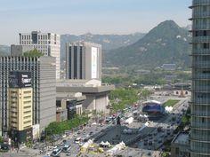 Dit geeft een goed zicht op de ligging van het Gyeongbokgungpaleis aan de noordkant van het huidige moderne centrum van Seoul. Het oude koninklijke Seoul was met name op een gebied gebouwd tussen de Namsan-heuvel net ten noorden van de Han Gang rivier en de heuvels aan de noordkant. Strategischer kon niet! De moderne stad is enorm  uitgebreid ten zuiden, oosten en westen van de oude stad. De meeste inwoners wonen nu ten zuiden van de rivier.