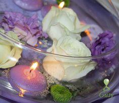 Sviečky na svadbu v dekoračnej nádobe s kvetmi.