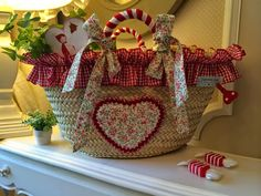 Caperucita Roja: Cesto para Martina Basket Liners, Arts And Crafts, Diy Crafts, Cute Bags, Handmade Bags, My Bags, Basket Weaving, Wicker Baskets, Ibiza