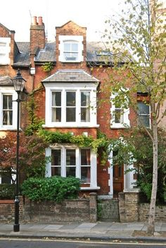 Edwardian house in Islington, London Edwardian House, Victorian Homes, Victorian House London, Victorian Terrace House, Victorian Townhouse, Beautiful Buildings, Beautiful Homes, London Decor, London Apartment